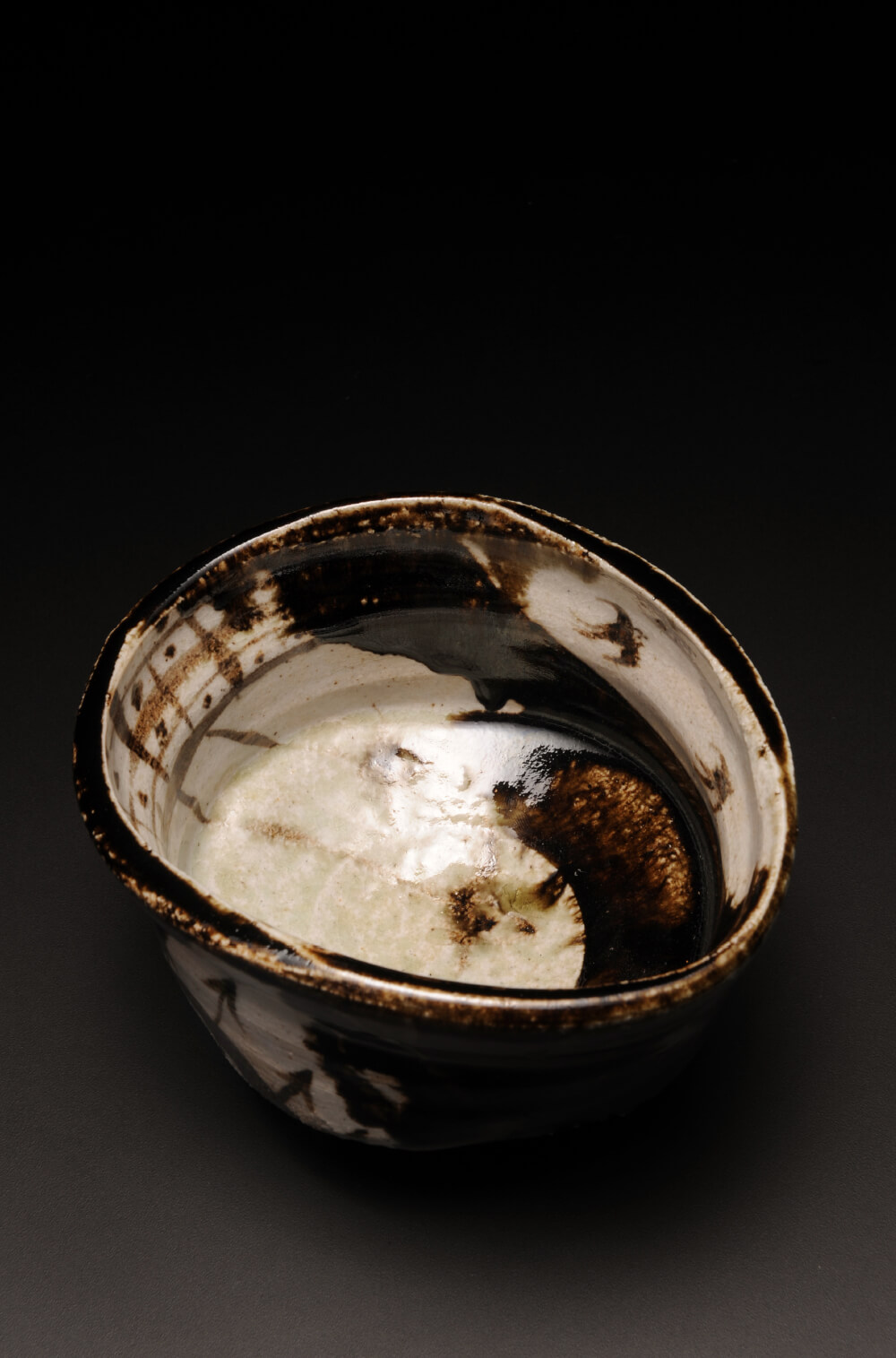 2015年9月12日から開催の「織部の息吹 寺田 鉄平 陶展」の作品1を上から見た写真1