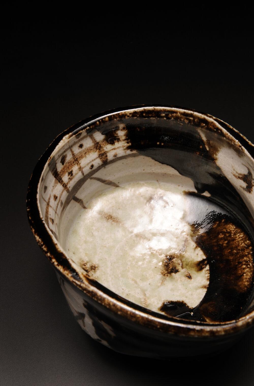 2015年9月12日から開催の「織部の息吹 寺田 鉄平 陶展」の作品1を上から見た写真2