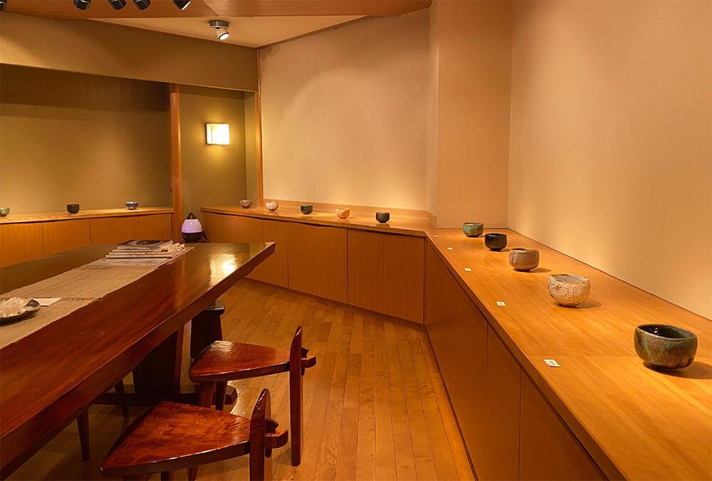 2020年11月20日から開催の「加藤亮太郎 遊盌展」の加藤亮太郎の作品が並ぶ様子1