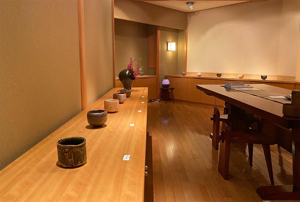 2020年11月20日から開催の「加藤亮太郎 遊盌展」の加藤亮太郎の作品が並ぶ様子2